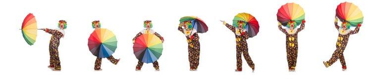 Clown met paraplu op wit wordt ge?soleerd dat stock foto