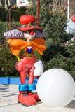 Clown mit großem weißem Ball Lizenzfreie Stockfotografie
