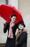 Clown mit zwei Mädchen Stockfoto