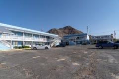 Clown Motel in Tonopah NV - Buitenkant en parkeerterreinmening van royalty-vrije stock fotografie