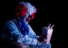clown som äter popcorn Royaltyfri Fotografi