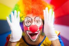 Clown som gör en rolig framsida Arkivfoto