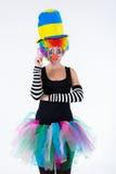 Clown som visar ok tecken med henne fingrar royaltyfri foto