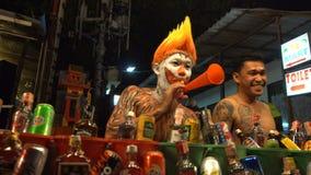 Clown Street Alcohol Vendor an der Vollmond-Partei, Phangan, Thailand - 12. Januar 2017 stock footage