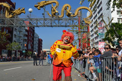 Clown under den 117. guld- Dragon Parade Arkivfoton