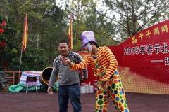 Clown wirken auf Touristen ein Stockfotografie