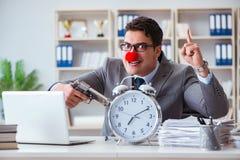 Clownaffärsman som arbetar i det ilskna frustrerat för kontor med a royaltyfria foton