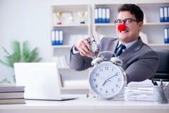 Clownaffärsman som arbetar i det ilskna frustrerat för kontor med a arkivbilder