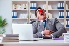 Clownaffärsmannen som har gyckel i kontoret royaltyfria foton
