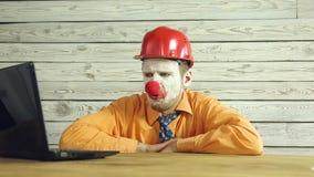 Clownaff?rsman som arbetar i kontoret arkivfilmer