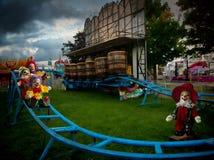 Clowne, die hinunter Schiene schieben Lizenzfreies Stockfoto