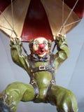 clownen hoppa fallskärm Fotografering för Bildbyråer