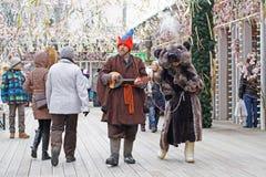 Clownen med balalajkan och björnen på rysk nationell festival` Shrove ` på den Tverskaya fyrkanten i Moskva Royaltyfri Foto