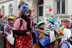 Clowner i karnevalgata ståtar Arkivbild
