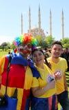 Clowner som framme poserar av Sabanci den centrala moskén på den orange blomningkarnevalet Royaltyfri Bild