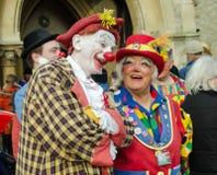 Clowner som skojar på den årliga clownen Service, vagnshäst, London Arkivfoton