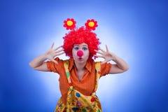 Clownfrauencharakter auf blauem Hintergrund Stockbilder