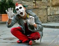 Clowngatakonstnär i Italien royaltyfria bilder