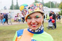 Clownkvinnan på gatateatrar visar på nätter för festivalen för öppen luft vita Royaltyfria Bilder