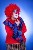 Clownmensen op de blauwe achtergrond van de circusuitrusting Stock Foto's