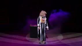 Clownprestaties in het circus stock video