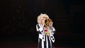 Clownprestaties in het circus stock videobeelden
