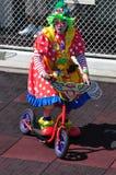 Clownreitenfahrrad Lizenzfreie Stockbilder