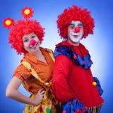 Clowns bij het blauwe achtergrondstudio schieten Royalty-vrije Stock Afbeeldingen