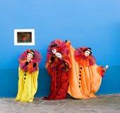 Clowns dans l'exécution de masques Images stock