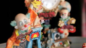 Clowns le statuette. Montaggio con molti colpi differenti. Orologio. archivi video