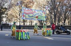 Clowns marchant avec le signe de défilé de Macys Image libre de droits