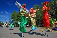Clowns op stadsstraat bij dag Stock Foto's