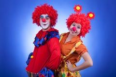 Clowns sur le tir bleu de studio de fond Image stock
