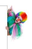 Clownvisningtecken med henne fingrar arkivbilder