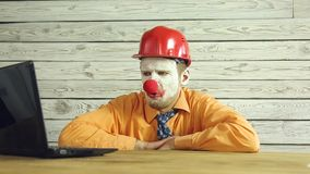 Clownzakenman die in het bureau werken stock footage