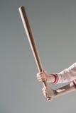 Cloyoung kobiety mienia kij bejsbolowy na popielatym Obraz Stock
