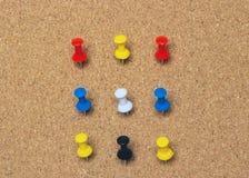 Clse-up, dziewięć barwiący przypięty guzik na korkowej desce obraz royalty free