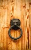 Clsoe acima da vista de uma porta de madeira imagens de stock royalty free