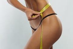 Clsoe oben von jungem nehmen sportliche Zahl des geeigneten Mädchens ab Stockbild