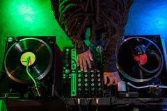 club afroamericano profesional DJ con el mezclador de sonidos imagenes de archivo