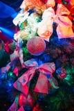 Club artificiale dell'albero di Natale decorato con le bagattelle e gli archi con illuminazione variopinta Fotografia Stock Libera da Diritti