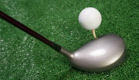 Club che si siede davanti al collocato sul tee a su palla da golf Fotografie Stock Libere da Diritti