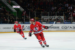 Club d'hockey de joueurs Anton Lazarev et de Nikita Tryamkin Photo libre de droits