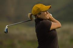 Club de balanceo del hierro del golfista femenino Imagen de archivo libre de regalías