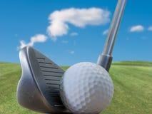 Club de golf, bola y naturaleza Fotografía de archivo