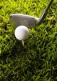 Club de golf con la bola en una te Imagenes de archivo