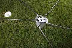 Club de golf con la bola y el mecanismo impulsor Fotos de archivo libres de regalías