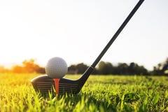 Club de golf et boule de golf sur l'herbe verte prête à jouer photos libres de droits