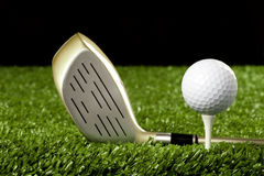 Club de golf neuf avec la bille sur le té 1 images stock