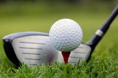 Club de golf y bola en hierba Foto de archivo libre de regalías